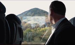 Un extrait du clip vidéo de Sylvain Tanière qui interprète «Tout in haut de ch'terril».