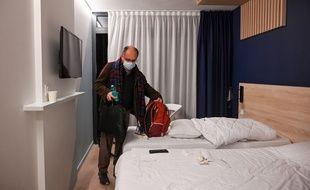 Un rapatrié français de Wuhan quitte le centre de vacances de Carry-le-Rouet où il était placé en quarantaine