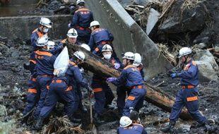 Les recherches se poursuivaient lundi sur la petite île japonaise d'Oshima pour retrouver 19 personnes toujours portées manquantes depuis le typhon de mercredi dernier, alors qu'une nouvelle violente tempête est annoncée.