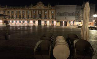 La place du Capitole, une nuit de couvre-feu (Illustration).