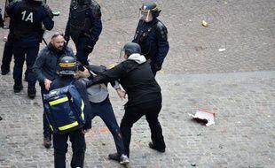 Place de la Contrescarpe, un jeune homme est pris à partie, le 1er-Mai dernier.