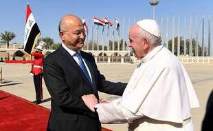 Le pape François avec le président irakien, Barham Salih, à l'aéroport de Bagdad le 8 mars 2021.