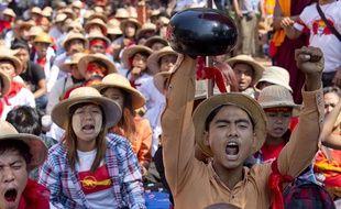 Des étudiants manifestent à Letpadan en Birmanie, le 10 mars 2015.