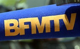 Une bonnette de micro aux couleurs du logo de BFM TV.