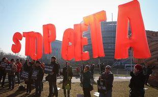 Les opposants au CETA manifestent devant le Parlement européen le 15 février 2017.