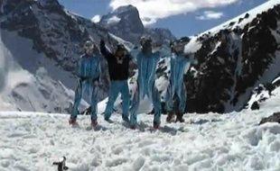 Capture d'écran d'une vidéo des skieurs norvégiens, en pleine séance de moonwalk sur un glacier.