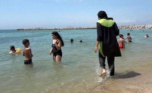 Deux communes des Alpes-Maritimes ont pris des arrêtés interdisant le «burkini» sur les plages.