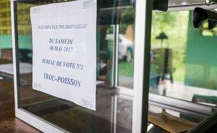 Une urne dans un bureau de vote en Guyane, le 6 mai 2017.