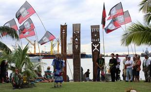 Le Président de l'association Moruroa e tatou, le pasteur Doom (C), prononce un discours lors d'une cérémonie devant le mémorial dédié aux victimes des essais nucléaires, le 2 juillet 2014 à Papeete, territoire français d'outre-mer de la Polynésie dans l'océan Pacifique, marquant les 48 ans du premier essai nucléaire français en Polynésie le 2 juillet 1966.