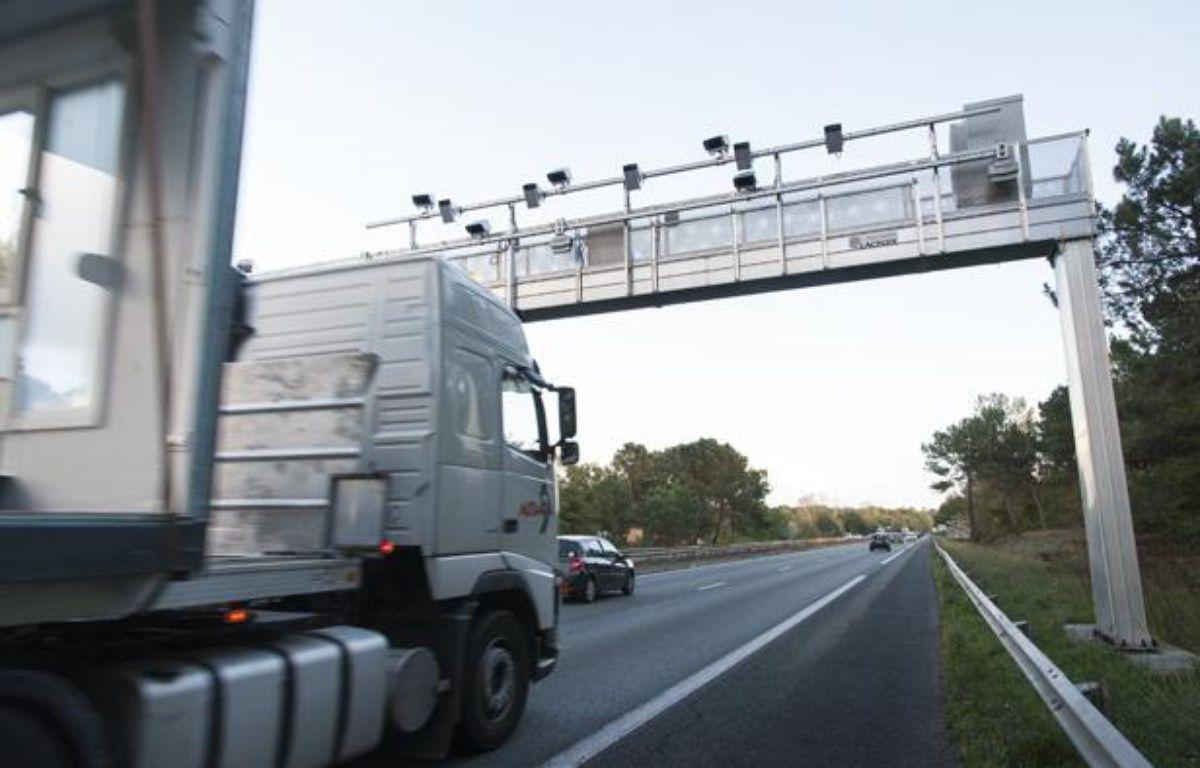 Un camion passe sous un portique ecotaxe sur l'autoroute A62 au sud de Bordeaux, le 29 octobre 2013. – S. ORTOLA / 20 MINUTES