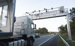 Un camion passe sous un portique ecotaxe sur l'autoroute A62 au sud de Bordeaux, le 29 octobre 2013.