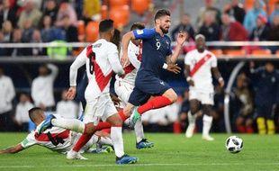 L'accélération de Kylian Giroud laisse les défenseurs péruviens sur place.