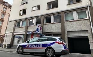Police devant l'immeuble rue de Barr ravagé par un incendie faisant cinq morts le 27 février à Strasbourg.