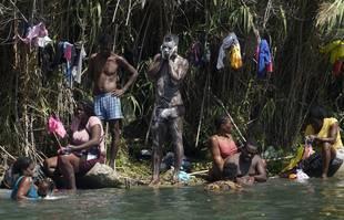 Des migrants haïtiens se lavent le long des rives du Rio Grand après leur arrivée aux États-Unis en provenance du Mexique, le samedi 18 septembre 2021, à Del Rio, au Texas.