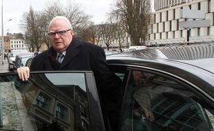 L'ancien Premier ministre, Pierre Mauroy, devant le TGI de Lille, le 4 février 2011.