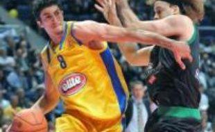 Comme en 2006, le CSKA Moscou et le Maccabi Tel-Aviv s'affrontent en finale d'Euroligue de basket dimanche à Madrid, un duel de prestige que le club russe aborde cette fois en favori.