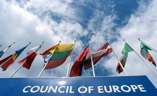 Des drapeaux des états membres du Conseil de l'Europe flottent au vent, le 22 juin 1999 à Strasbourg