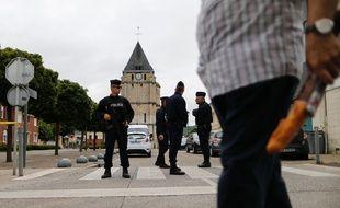 Des policiers montent la garde devant l'église Saint-Etienne à Saint-Etienne-du-Rouvray (Seine-Maritime), le 27 juillet 2016.