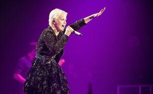 La chanteuse Dolores O'Riordan, avec The Cranberries, sur scène à Paris en 2012.