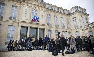 Des photographes patientent dans la cour de l'Élysée alors que se déroule le dernier conseil des ministres du gouvernement Fillon le 9 mai 2012.