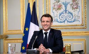 Emmanuel Macron se préparant à un concours d'anecdotes face à Mcfly et Carlito.