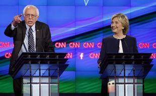 Bernie Sanders et Hillary Clinton lors d'un débat télévisé en octobre 2015.