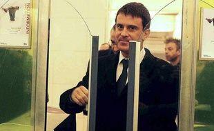 Paris, le 28 décembre 2012. Manuel Valls, entre dans une station RER, gare de Lyon