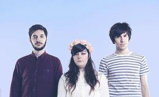 Le groupe Agua Roja est composé de Clément (guitare), November (chant) et Benjamin (claviers).