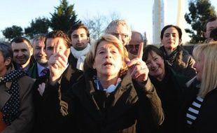 """La députée UMP Brigitte Barèges doit déposer lundi une proposition de loi pour demander une levée de l'anonymat des femmes accouchant """"sous X"""", un projet soutenu par plusieurs associations, mais qui suscite l'inquiétude du Planning familial et de pédo-psychiatres."""