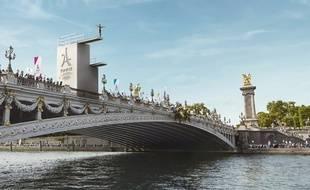 Pour les Journées Olympiques, un plongeoir large de 6 m et haut de 15 m a été installé pont Alexandre-III à Paris.