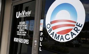 Un logo Obamacare sur la vitre d'une agence d'assurance de Miami (Floride)