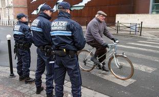 Tourcoing, le 14 dŽcembre 2010. Des Agents de la Police Municipale de quartier patrouillent dans le centre ville.