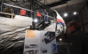 Les débris du vol MH17 de la Malaysia Airlines présentés à la presse le 13 octobre 2015.
