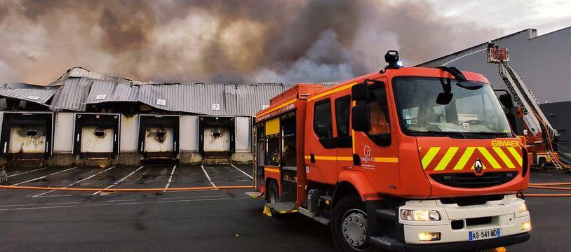 L'entrepôt a entièrement été détruit dans l'incendie.