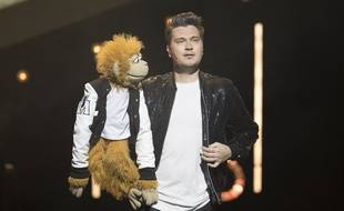Le ventriloque Jeff Panacloc et sa marionnette Jean-Marc sur scène à Cannes en avril 2018.