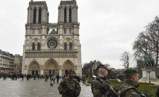 Des militaires patrouillent sur le parvis de Notre-Dame de Paris, le 24 décembre 2015.