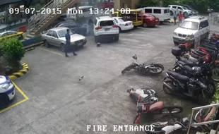 Un véhicule philippin s'encastre dans d'autres voitures sur un parking de Manille, le 26 novembre 2015