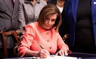 La chef démocrate de la chambre, Nancy Pelosi, signe l'acte d'accusation contre Donald Trump lors d'une cérémonie solennelle à Washington, le 15 janvier 2020.