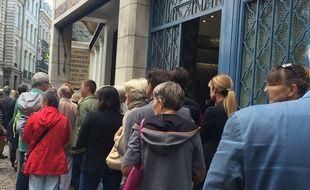 La queue devant l'ancien restaurant L'Huîtrière