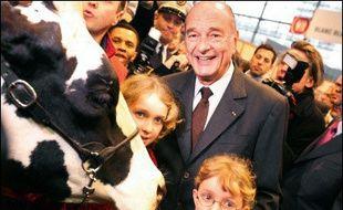"""Jacques Chirac a dénoncé """"une panique injustifiée"""" et une """"psychose"""" face à un risque de grippe aviaire pour les consommateurs et a lui-même donné l'exemple en mangeant à plusieurs reprises de la volaille de Bresse, inaugurant samedi le Salon de l'Agriculture à Paris."""