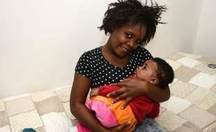Stéphanie, du Nigeria, pose avec sa fille Francesca Marina, le 1er octobre 2015 à Catania, en Italie