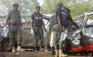 Des experts de la police nigériane sur les lieux d'un attentat-suicide à Kano le 24 février 2015