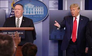 Mike Pompeo et Donald Trump lors d'une conférence de presse à la Maison-Blanche, le 8 avril 2020.