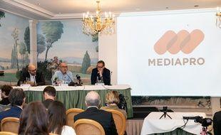 Le patron du groupe espagnol Mediapro, Jaume Roures (au centre), lors d'une conférence de presse le 31 mai 2018.