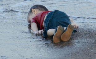 Le corps d'un enfant migrant mort noyé, sur une plage de Bodrum, au sud de la Turquie, après le naufrage d'un bateau transportant des réfugiés, le 2 septembre 2015