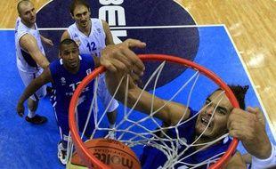 Le Français Joakim Noah marque contre la Serbie, le 5 septembre 2011, lors de l'Euro de basket, à Siaulai.