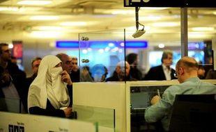 Des personnes attendent pour embarquer à l'aéroport d'Istanbul, le 29 janvier 2015