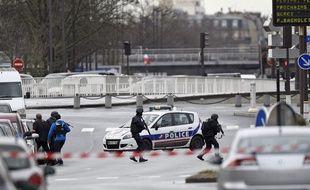 Les forces armées interviennent à Porte de Vincennes alors que cinq personnes sont prises en otage par un tireur qui serait également l'auteur de la fusillade de Montroug