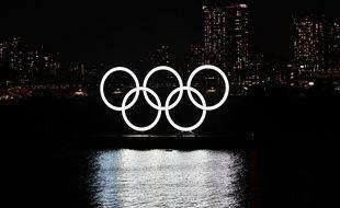 Les anneaux olympiques affichés à Tokyo.