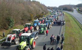 Venus de tout le Grand Ouest, les agriculteurs ont bloqué la rocade de Rennes mercredi.